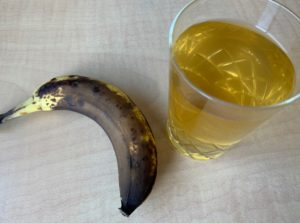 酵素ドリンクとバナナ